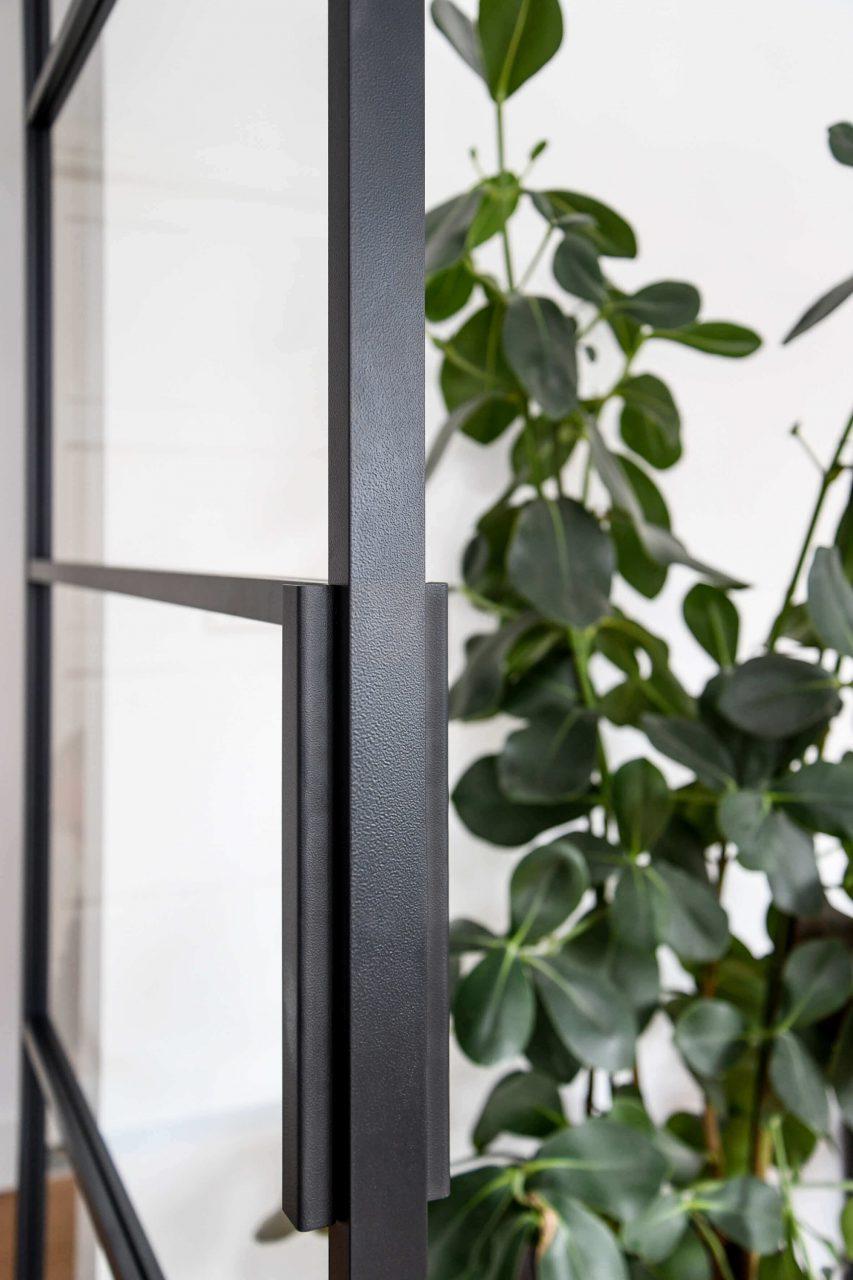 Detail deurbeslag taatsdeur GewoonGers