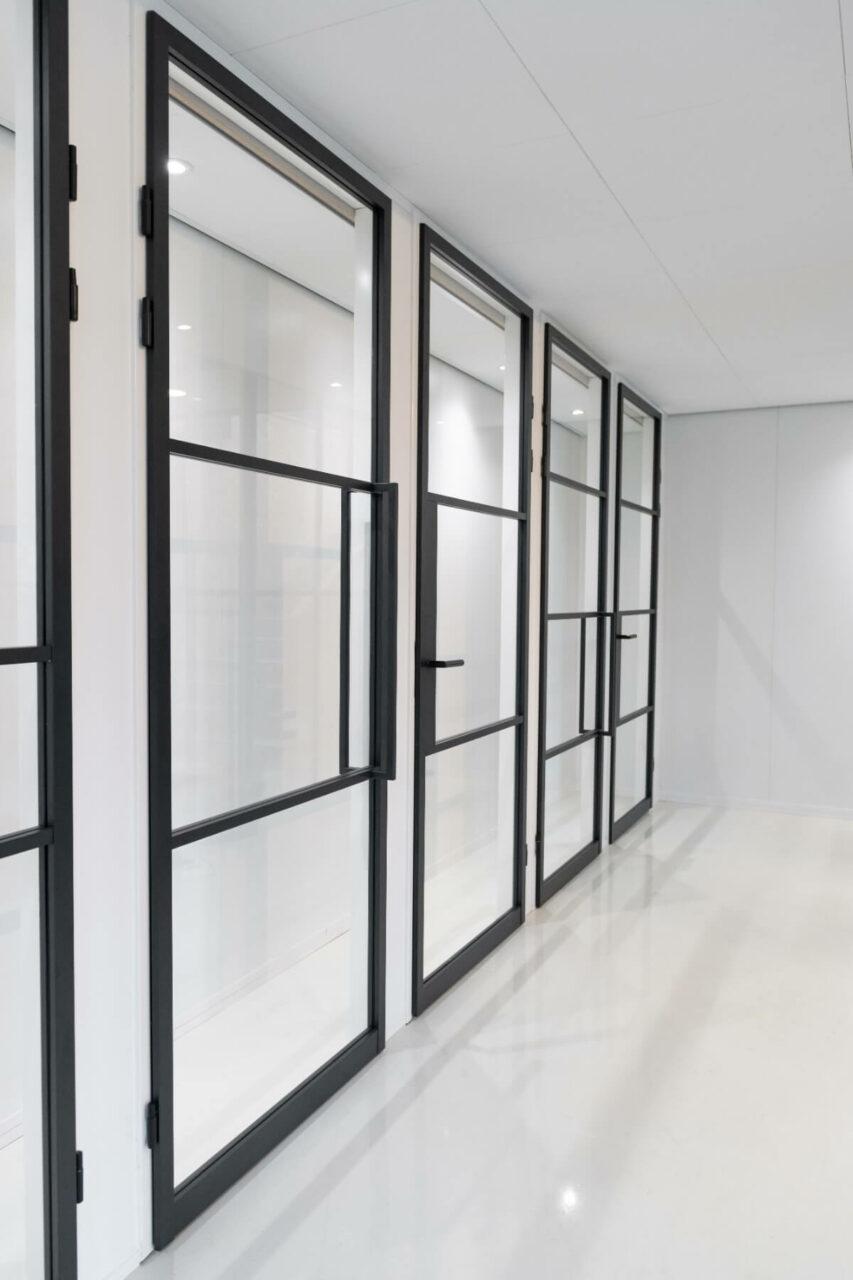 Opdekdeur stompe deuren showroom GewoonGers