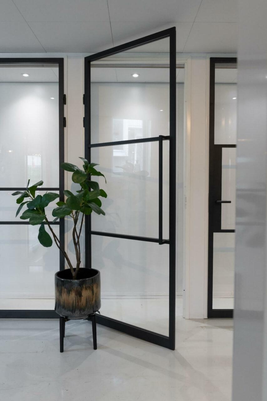 Opdekdeur stompe deur met handgreep en magneetsluiting