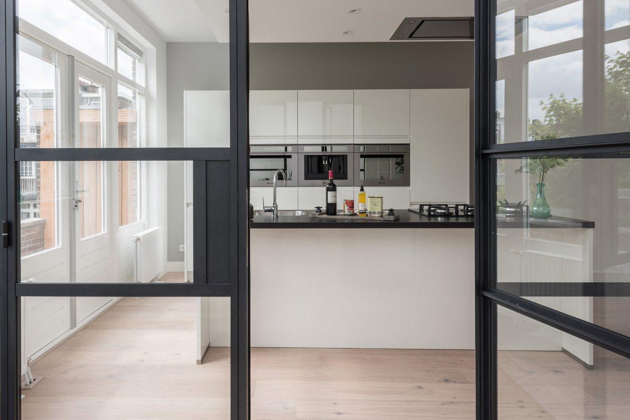 Rotterdam roomdivider naar keuken scharnierdeur GewoonGers detail